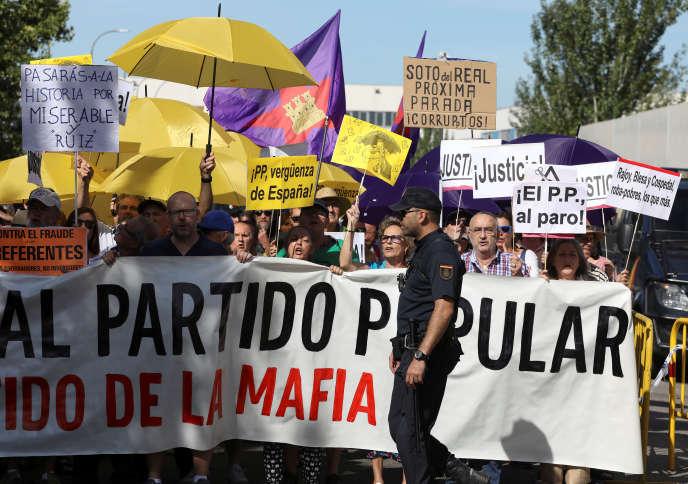 Manifestation contre Mariano Rajoy, alors qu'il témoigne au tribunal de San Fernando de Henares (Espagne), le 26 juillet.