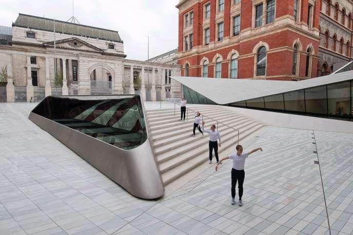 Des danseurs contemporains jouent dans la cour Sackler, un nouvel ajout au musée Victoria et Albert est dévoilée au public à Londres le 28 juin 2017.