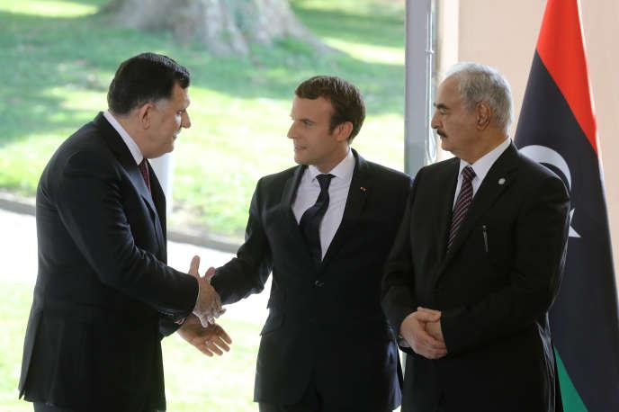 Emmanuel Macron entouré du premier ministre libyen Faïez Sarraj (à gauche) et du maréchal Khalifa Haftar, à La Celle-Saint-Cloud (Yvelines), le 25 juillet.