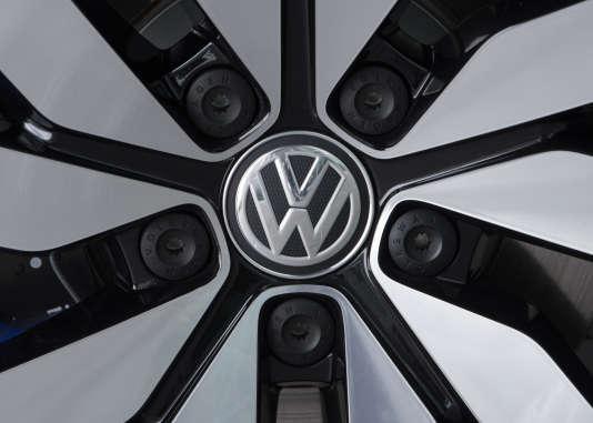 Il y a deux ans éclatait le scandale Volkswagen. Le constructeur avait installé sur 11millions de ses véhicules diesel un logiciel lui permettant de les faire passer pour moins polluants qu'ils n'étaient vraiment.