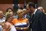 Edouard Philippe rend visite aux personnes évacuées pendant l'incendie, au gymnase de Bormes-les-Mimosas (Var), le 26 juillet.