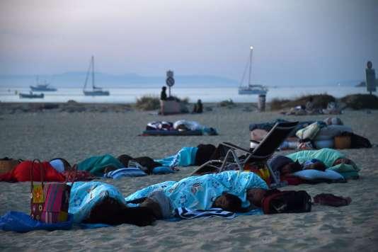 Des vacanciers, qui ont dû quitter leur camping, ont dormi sur la plage de Bormes-les-Mimosas.