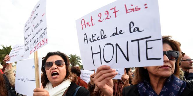 En décembre 2016, à Tunis, des femmes manifestent après qu'un tribunal a approuvé le mariage d'une fille de 13ans avec un proche qui l'a mise enceinte.