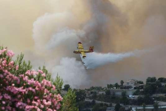 Un Canadair est utilisé pour contrôler l'incendie près d'habitations à Castagniers (Alpes-Maritimes), le 17 juillet.