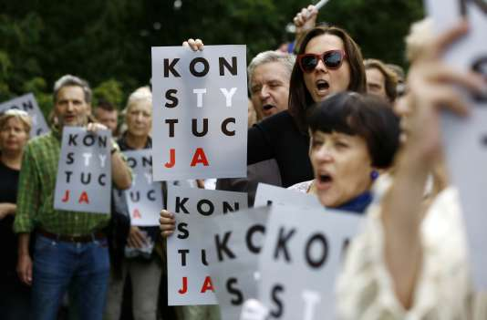Manifestation contre les projets de réforme du système judiciaire polonais, à Varsovie (Pologne), le 26 juillet.
