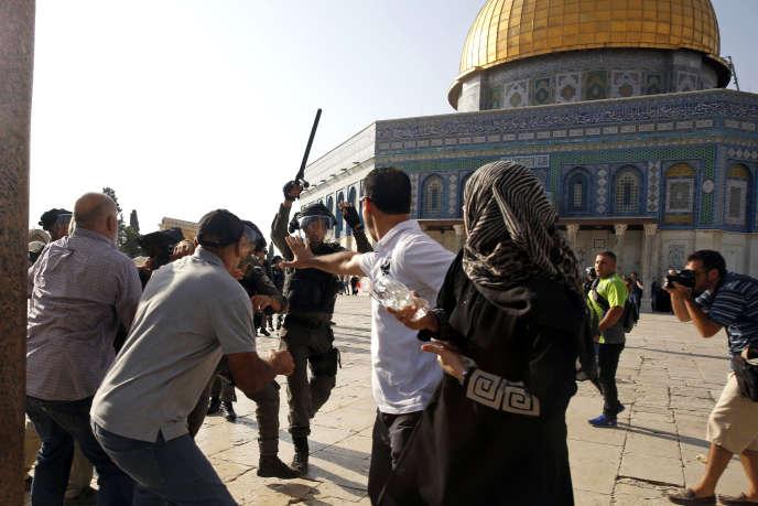 Heurts aux abord de la mosquée Al-Aqsa, dans la vieille ville de jérusalem, le 27 juillet.