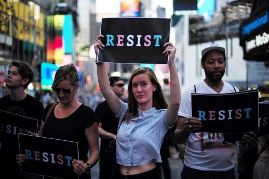 Manifestation contre Donald Trump à New York le 26 juillet. Le président a annoncé que les personnes transgenres ne pourront servir dans l'armée.