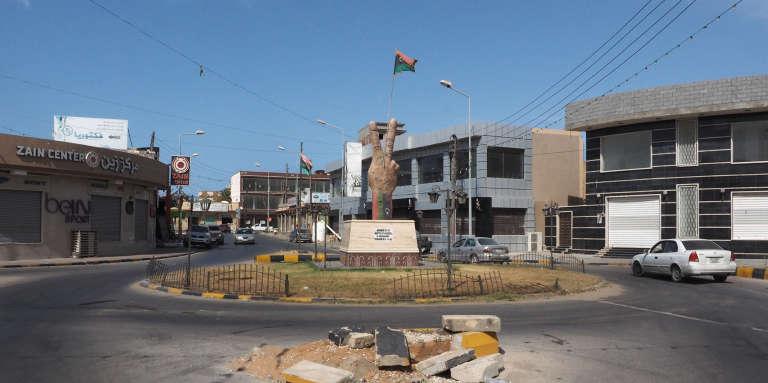 MIsrata, le 26 juillet 2017. Sur un rond point est exposée une statue dérobée en 2011 par les révolutionnaires dans l'ancien bastion kadhafiste de Bab Aziziya, à Tripoli.