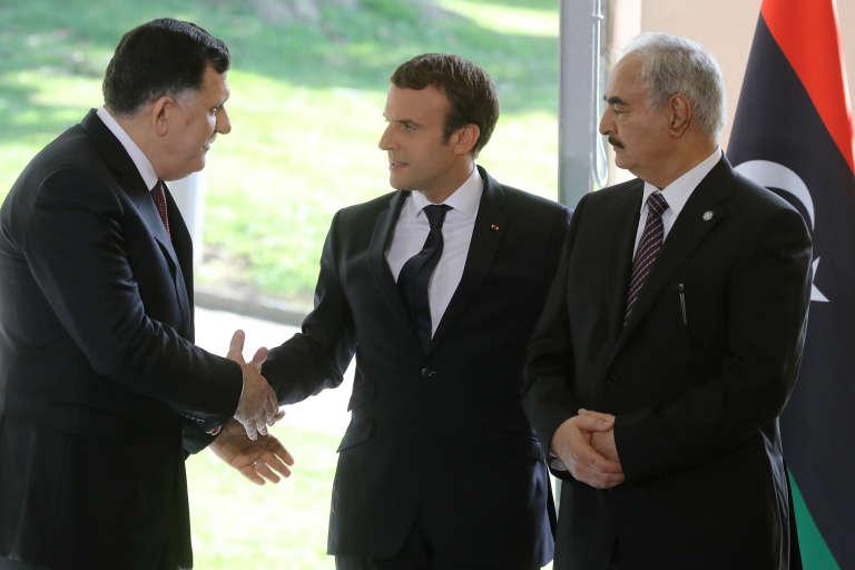 Emmanuel Macron, le chef du gouvernement d'accord national Fayez Al-Sarraj (à gauche) et le maréchal Khalifa Haftar, le 25 juillet 2017.