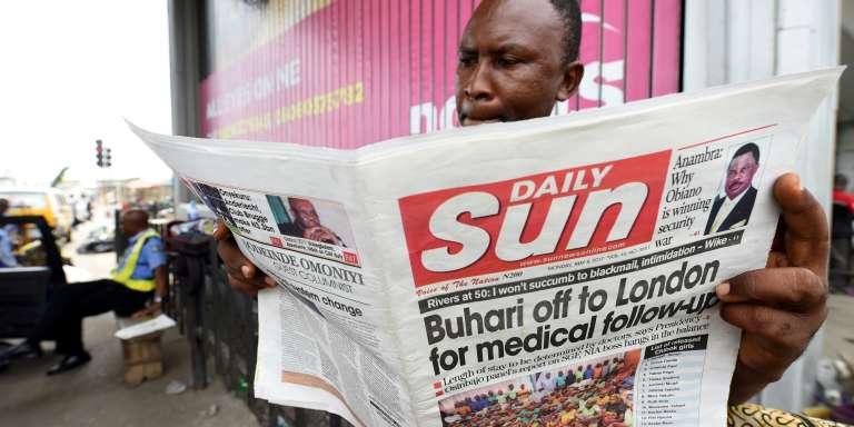 Le 8mai 2017, à Lagos, un homme lit un journal dont la une annonce le départ du président nigérian, Muhammadu Buhari, à Londres pour raisons de santé.
