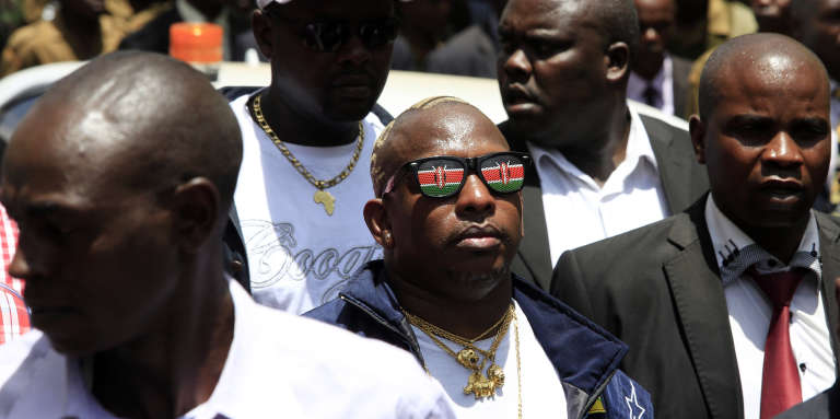 Le sénateur kényan Mike Sonko (au centre), à Nairobi, en octobre 2014.