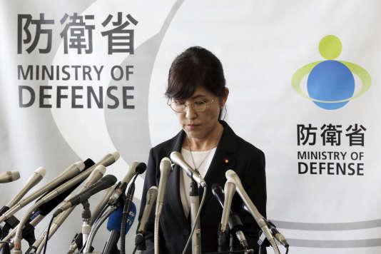 La ministre japonaise de la défense, Tomomi Inada, lors de l'annonce publique de sa démission, le 28 juillet, à Tokyo.