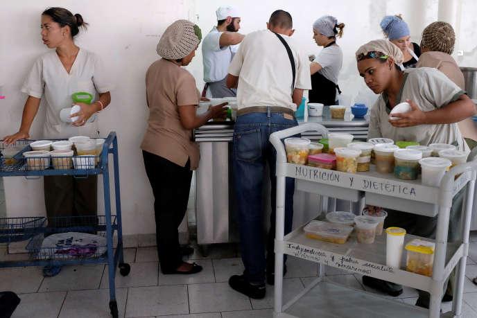 Distribution de repas donnés par une association caritative, dans l'hôpital pour enfants J. M. de los Riosà Caracas (Venezuela), le 20 février.