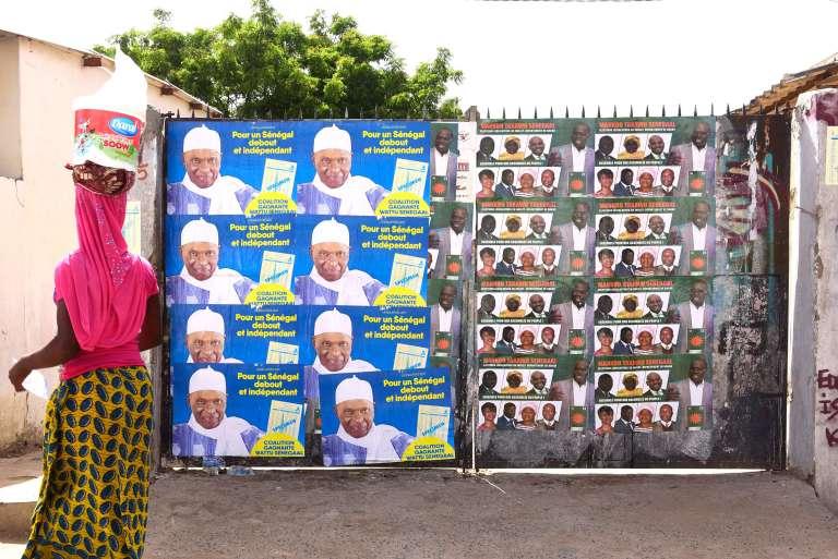 Des affiches électorales sont placardées devant une école de Dakar avant le vote du 30 juillet.