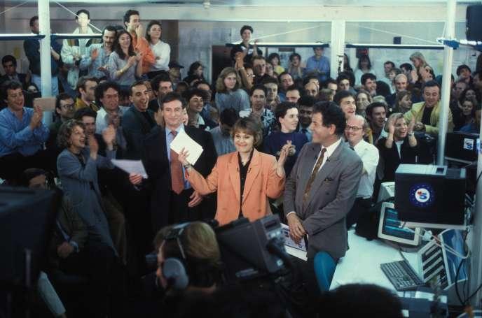 Autour de Gilles Schneider, Marie-Laure Augry et Jean-Claude Bourret, la dernière émission de La Cinq, le 12 avril 1992.