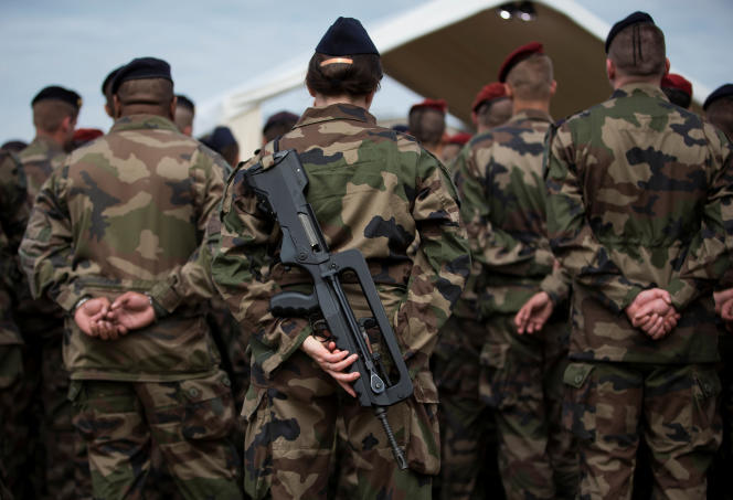 Soldats français participant à l'opération « Sentinelle», à Vincennes (Val-de-Marne), le 25 juillet 2016.