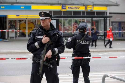 Des policier allemands après l'attaque au couteau dans un supermarché à Hambourg, le 28 juillet 2017.