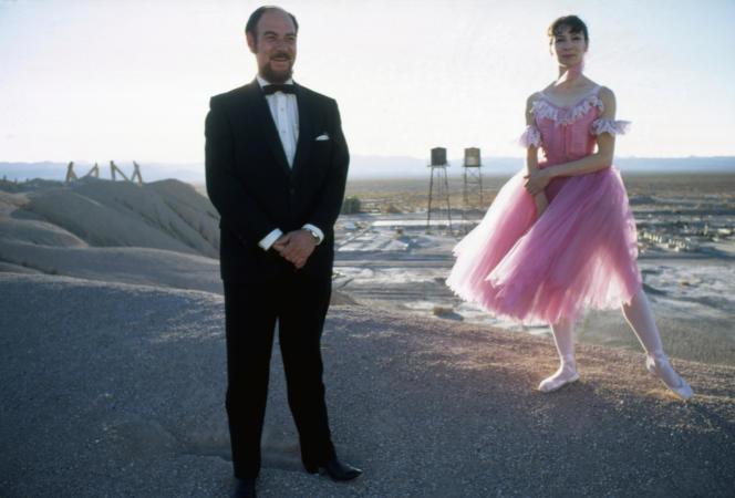 Marta Becket et son mari, Tom Williams, en 1969, sur une colline qui surplombe Death Valley Junction en Californie.