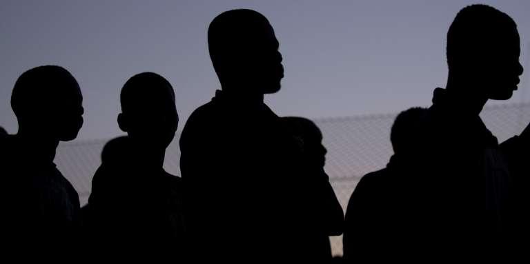 Un groupe de migrants est secouru par un navire espagnol au sud de Motril, près de Grenade (Espagne), le 23juillet 2017.