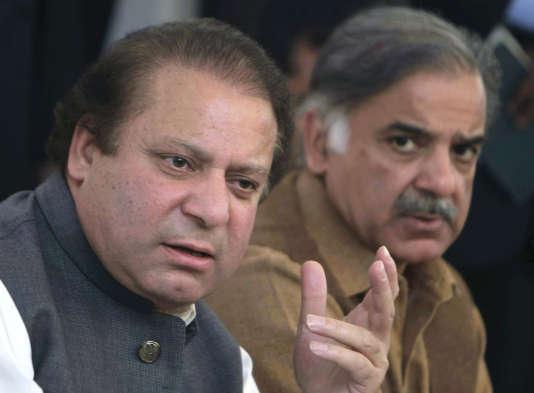 L'ex-premier ministre du Pakistan Nawaz Sharif et son frère Shahbaz Sharif lors d'une conférence de presse àLahore en 2008.