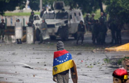 Un manifestant fait face aux forces de l'ordre àCaracas, vendredi 28 juillet.