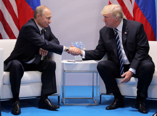 Donald Trump et Vladimir Poutine lors d'une rencontre à Hambourg, en Allemagne, lors du G20 le 7 juillet.
