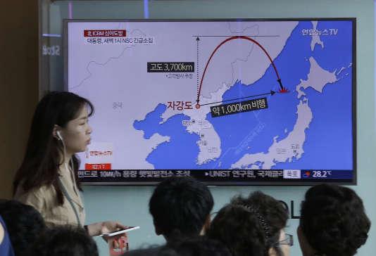 La nouvelle du lancement par la Corée du Nord d'un missile balistique est diffusée à la télévision, à Séoul (Corée du Sud), le 29 juillet.