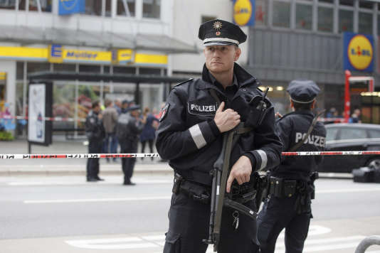 L'attaque qui s'est déroulée dans un supermarché du quartier de Barmbek, dans le nord de Hambourg, a fait au moins un mort et six blessés.