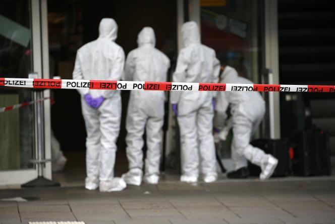 Les enquêteurs sur le lieu de l'attaque au couteau survenue dans un supermarché du quartier de Barmbek, à Hambourg (Allemagne), le 28 juillet.