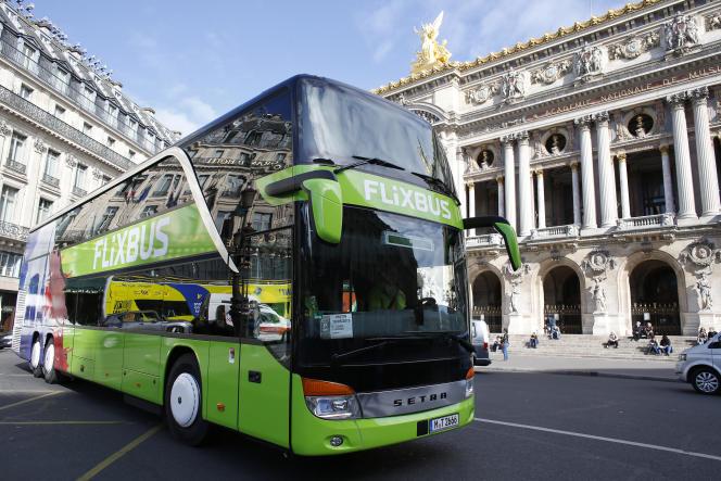Un bus de la compagnie Flixbus devant le Palais Garnier à Paris, en mai 2015.