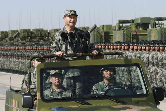Le président chinois, Xi Jinping, inspecte les troupes de l'Armée populaire de libération (APL) lors de la parade militaire célébrant le 90e anniversaire de l'APL, sur la base d'entraînement de Zhurihe, en Mongolie-Intérieure, le 30 juillet 2017.