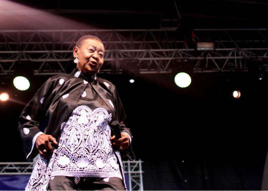 La chanteuse trinidanienne Calypso Rose sur la scène de Tempo Latino, vendredi 28 juillet.
