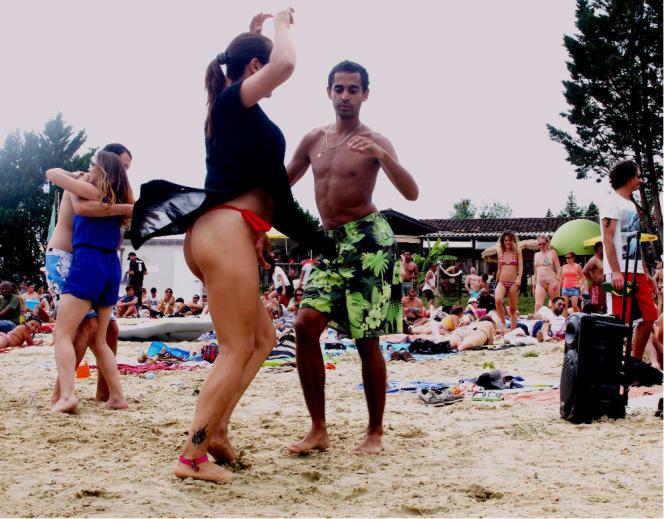 Séance de salsa improvisée sur le plan d'eau de Lupiac (Gers) où se rendent dans la journée les festivaliers de Tempo Latino.