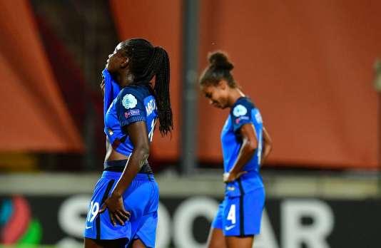 Les Françaises Griedge Mbock Bathy et Laura Georges après une troisième élimination d'affilée en quarts de finale de l'Euro.