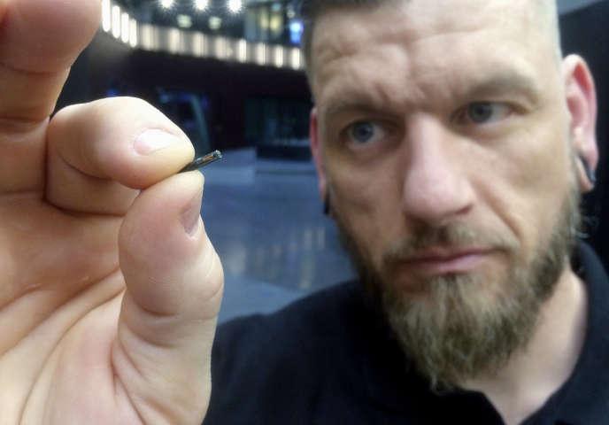 Un employé de la compagnie suédoise Biohax montre une puce électronique RFID à implanter sous la peau, à Stockholm, le 14 mars.