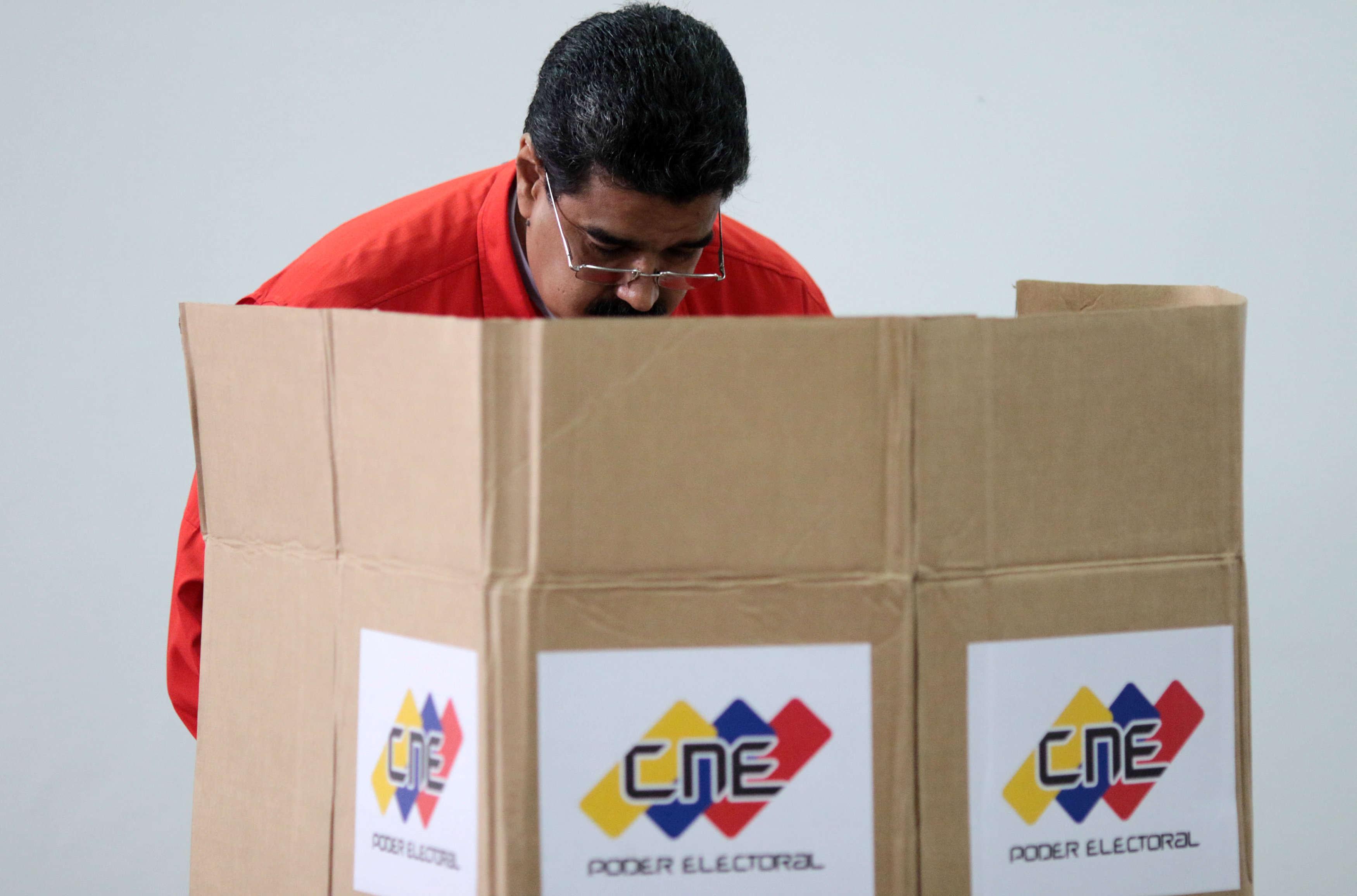 Parmi les premiers votants, le président Nicolas Maduro a eu affaire à un incident technique. Sa «carte de la patrie» n'a pas été reconnue par le système électronique.