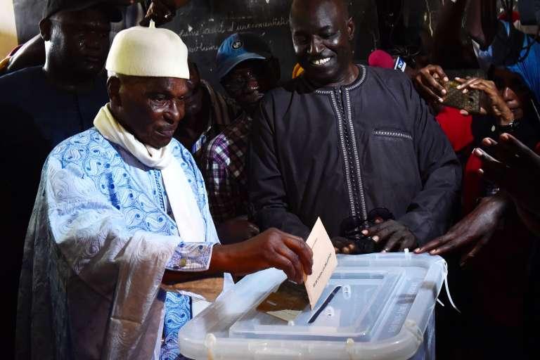 La liste del'ex-président Abdoulaye Wade se classerait troisième des élections selon les premières estimations.