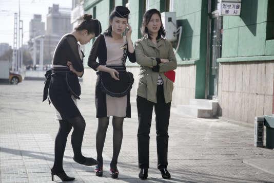 Trois serveuses d'un restaurant de Pyongyang, le 12 avril.