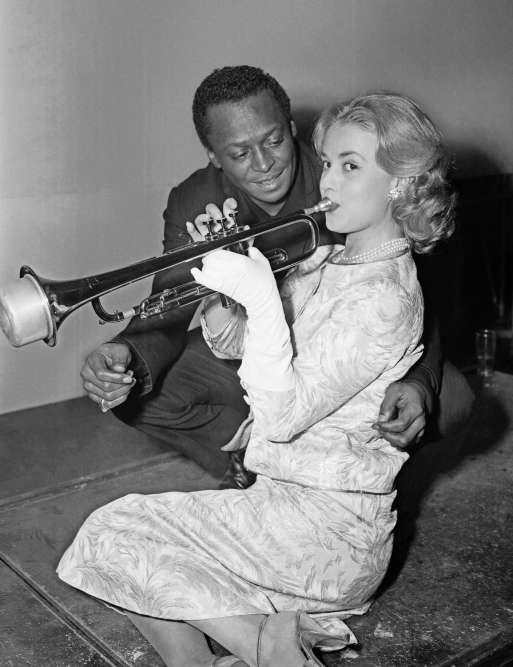 Le trompettiste américain Miles Davis donne une leçon de trompette à Jeanne Moreau, le 5 décembre 1957 à Paris. Le jazzman a été sollicité par le réalisateur Louis Malle pour improviser une musique d'accompagnement de son film «Ascenseur pour l'échafaud», dans lequel Jeanne Moreau est l'actrice principale.