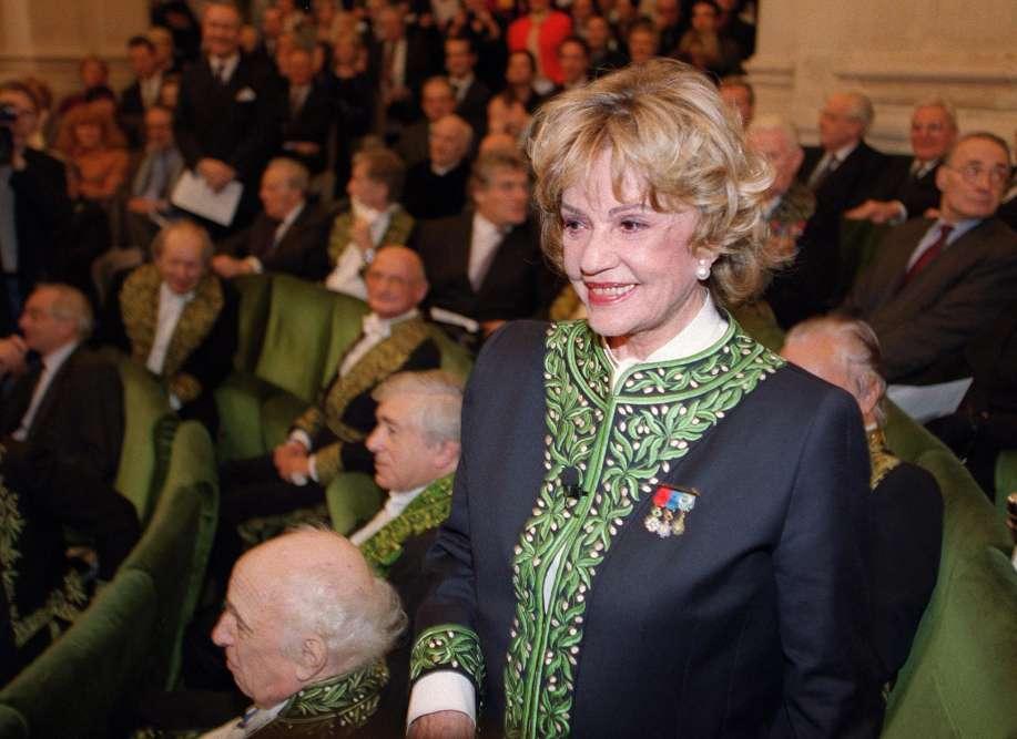 Jeanne Moreau, le 10 janvier 2001 sous la coupole de l'Institut de France à Paris, avant d'être intronisée première femme de l'Académie des beaux-arts. Jeanne Moreau a rendu hommage à ceux qui ont nourri sa vocation de comédienne dans son discours.