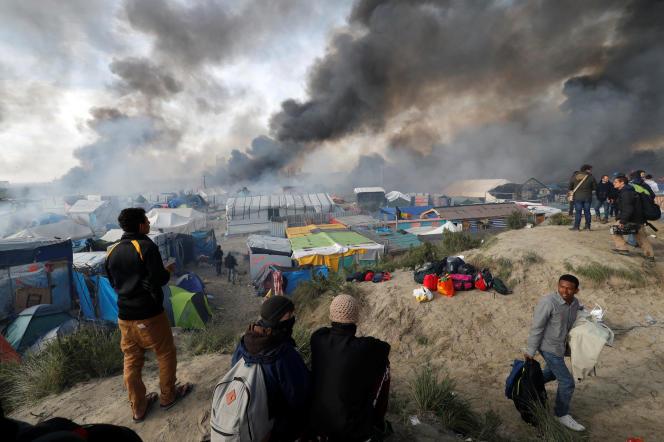 L'incendie de la « jungle» de Calais, lors de l'évacuation du camp, le 26 octobre 2016.