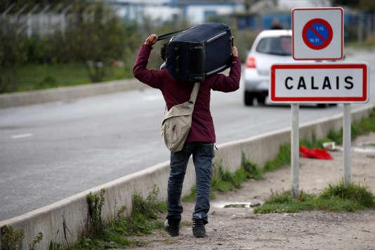 Un migrant sur une route, à Calais, dans le Nord de la France, le 12 octobre 2016.