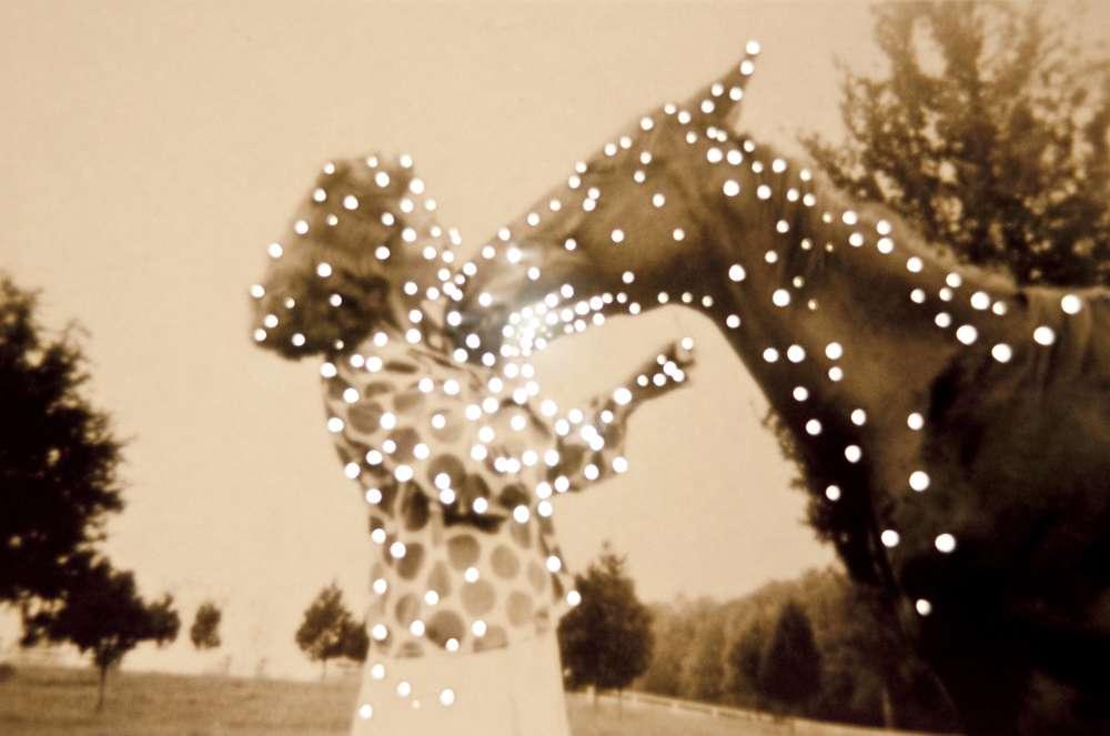 «Dare alla luce» : «rendre à la lumière», tel est le titre de cette exposition. En jouant avec les outils de la photographie, Amy Friend «ré-utilise» la lumière, en lui permettant de briller à travers les trous qu'elle crée dans les images.