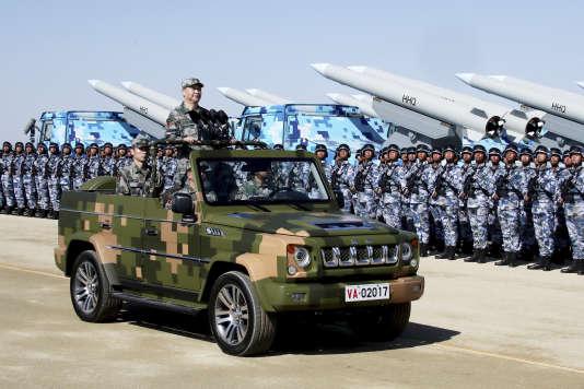 Le président chinois, Xi Jinping, passe les troupes en revue dans le nord de la Chine (Mongolie-Intérieure), lors d'une cérémonie marquant le 90e anniversaire de la création de l'Armée populaire de libération.