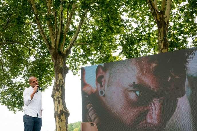 Lors du Festival de Couthures, Ken, photographe de rue, présente son travail consacré aux sans-abris, place de la Cale, le 30 juillet 2017.