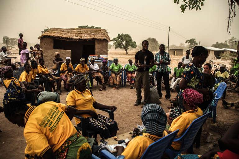 Kwami Williams (debout, au centre) et son équipe de MoringaConnect voyagent à travers le Ghana pour montrer aux producteurs de moringa les produits obtenus après transformation.