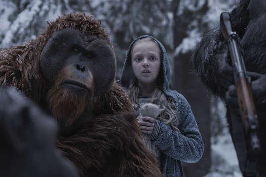 A gauche, Karin Konoval (Maurice) avec Amiah Millet (Nova) dans «La Planète des singes: Suprématie», de Matt Reeves.