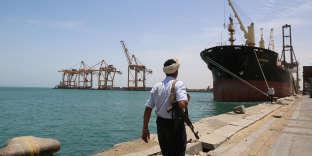 Un soldat sur le port de Hodeïda, au Yémen, en mai 2017.