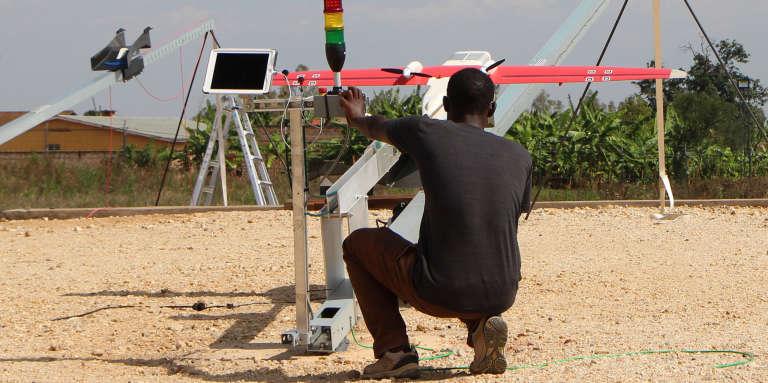 Un technicien près de la rampe de lancement des drones, au Rwanda, en 2016.