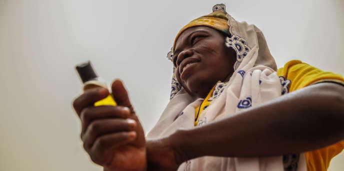 L'huile de moringa, obtenue à partir des graines de l'arbre, est transformée dans un laboratoire d'Accra, la capitale du Ghana.